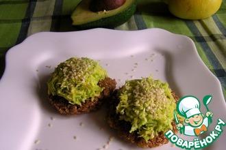Рецепт: Хлебцы из проростков пшеницы с кремом из авокадо