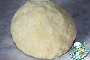 Тесто завернуть в пищевую пленку и отправить в холодильник на 2 часа.
