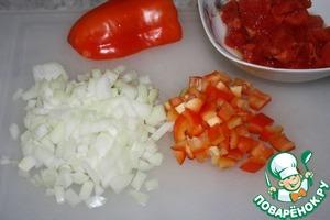 А мы продолжим. Лук и перец нарезать мелкими кубиками.   С помидоров снять шкурку и тоже нарезать кубиками.