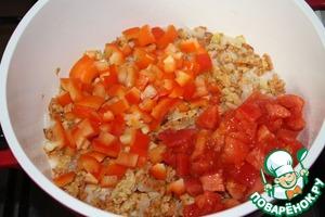 Добавить перец и помидоры, посолить и поперчить по вкусу.   Перемешать.