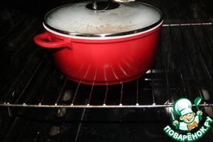 Кастрюлю накрыть крышкой и отправить в духовку при 180град. на 20 минут.   Еще 10 минут потомить без крышки.