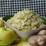 Салат из капусты с яблоком и имбирем