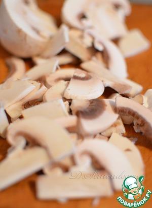 Шампиньоны нарежьте тонкими ломтиками и сразу замаринуйте их в нашем оливковом масле минут на 20, пока подготавливаются остальные продукты.