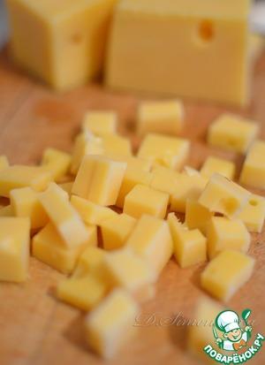 Сыр нарежьте кубиками. Эмменталь обладает пикантным фруктово-ореховым ароматом и сладковатым вкусом.