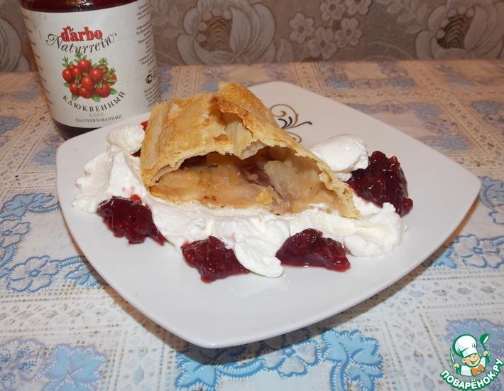 Рецепт: Яблочный штрудель с клюквенным соусом и взбитыми сливками