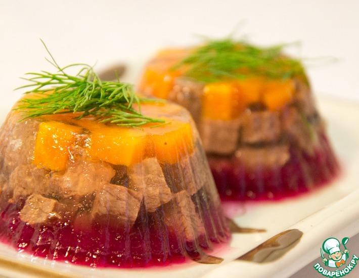 Рецепт: Заливное из говядины с клюквенной прослойкой