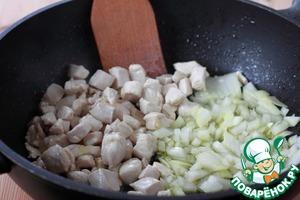 Куриную грудку* нарежьте небольшими кусочками и обжарьте на растительном масле. Масла надо налить больше, чем обычно, чтобы готовый плов не был сухим. Готовьте на сильном огне, постоянно помешивая. Когда кусочки мяса обжарятся снаружи, добавьте нарезанный лук и обжаривайте пару минут.      * В оригинальном рецепте используется баранина.