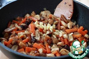 Снимите сковороду с огня и добавьте мелко нарезанный чеснок.