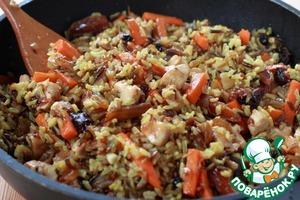 Смешайте рис с содержимым сковороды. Попробуйте, как он вам на вкус. Выровняйте на соль, перец и другие специи.