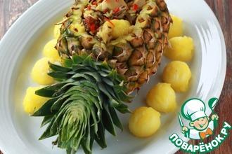 Рецепт: Праздничный ананас с рисом, курицей и орехами