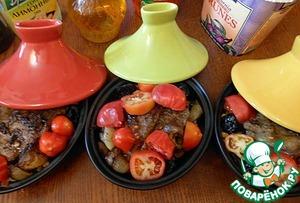 Нарезать крупно помидоры.