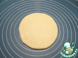 Take one piece of dough, rolled out circle.