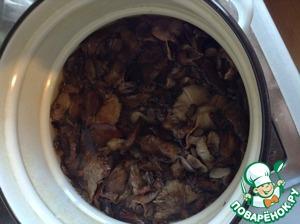 Затем заливаем грибы чистой холодной водой и варим второй раз. При второй варке ВНИМАНИЕ! солим грибы так, как будто варим грибной суп. То есть грибы после варки готовы к употреблению)) варим после закипания 20 минут...