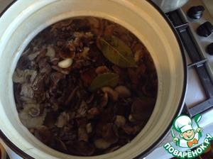 Затем в кипящий маринад выкладываем наши вареные грибочки. Когда закипит, дать им покипеть 5 мин...