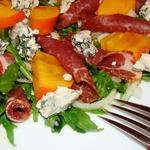 Салат с хурмой, хамоном и голубым сыром Завтрак гурмана