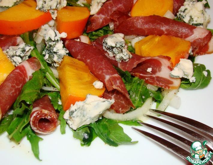 Рецепт: Салат с хурмой, хамоном и голубым сыром Завтрак гурмана