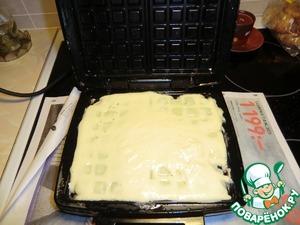 Остаётся только выложить тесто в вафельницу.