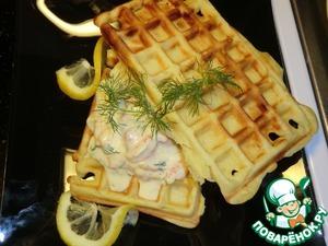 Готовые вафли разрежьте на небольшие кусочки, например на 4 кусочка и получатся тарталетки. Или же положить 1 вафлю, на неё начинку и накрыть второй вафлей наискосок.    Приятного аппетита!