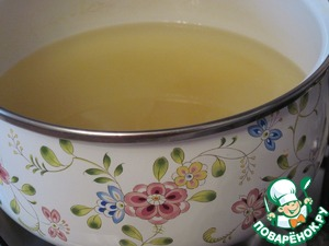 В воду, в которой варились кумкваты, добавить сахар, довести до кипения и варить сироп 5 минут.
