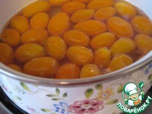 В сироп опустить кумкваты и продолжать их варить 40 минут. За 10 минут до окончания варки добавить ваниль.
