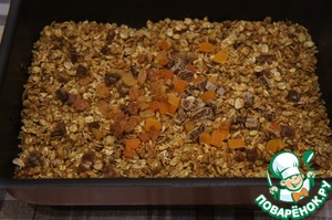 To turn on the oven. add dried fruit, stir and again to put the pan in the oven. Hold it there until cool.