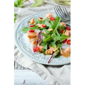 Салат с рисовой лапшой, семгой и салатом