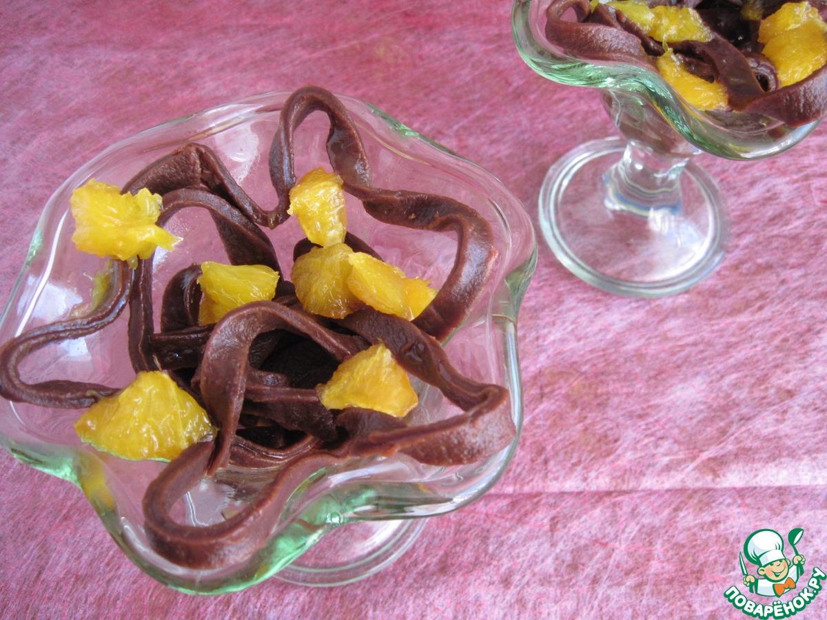 Лапша из горького шоколада с карамельно-апельсиновым соусом
