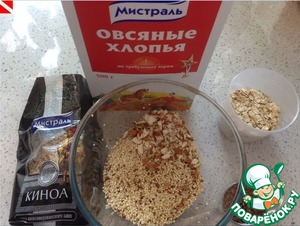 Mix quinoa (I pre-washed and dried), sesame seeds, flax seeds, oat flakes, salt, spices and the remaining coarsely chopped almonds.