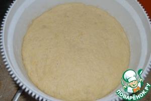 Дрожжи развести в молоке и оставить на 10 минут. Муку просеять и замесить тесто. ввести сахар, размягченное сливочное масло, кардамон и соль. Вымешивать тесто не менее 10 минут. Тесто накрыть полотенцем и поставить в теплое место до увеличения объема в два раза.