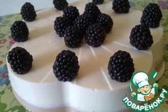 Рецепт: Творожный торт без выпечки с ежевикой