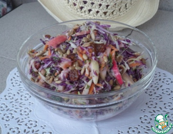 Рецепт: Салат Яблочно-изюмный коулслоу