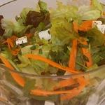 Зеленый салат с морковью и брынзой