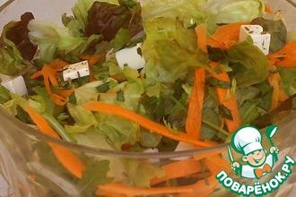 Рецепт: Зеленый салат с морковью и брынзой