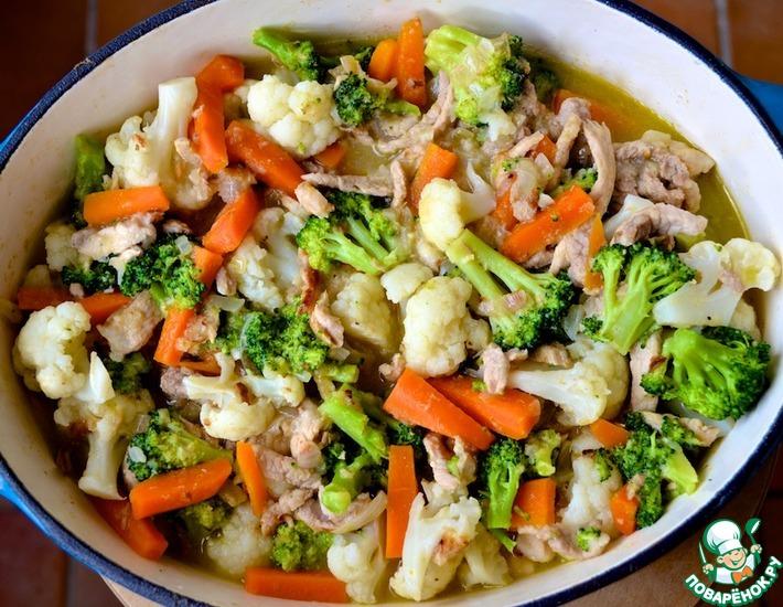 Рецепт: Свинина с цветной капустой и брокколи в яблочном соке