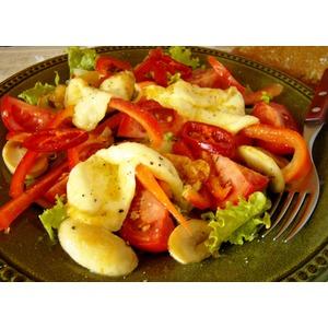Салат из сулугуни с овощами
