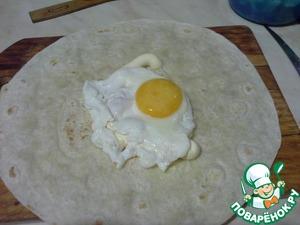 4. Выложить готовое яйцо на тортилью, чуть посолить.