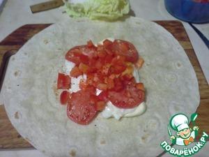 7. Выложить перец и помидор на тортилью, слегка поперчить.