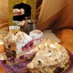 Песочный пирог с творогом и вишней под меренговыми облаками