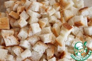 Батон нарезать мелкими кубиками, залить теплым молоком, дать постоять 10 минут.