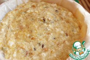 К хлебу добавить растопленное сливочное масло, желтки, изюм вместе с жидкостью, перемешать. Затем аккуратно ввести белки. Контейнер-пароварку застелить пергаментом и смазать растительным маслом. Выложить массу.
