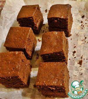 Остывший корж разрезать на 12 частей. Склеить шоколадным кремом по два кусочка, чтобы получилось 6 пирожных.