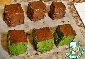 """Три пирожных обмазать со всех сторон шоколадным кремом, а три зелёным кремом из чая """" матча"""".    Горький шоколад натереть на мелкой тёрке и обсыпать """"шоколадные"""" пирожные по бокам.   Зелёный шоколад натереть так же на мелкой тёрке и обсыпать """"зелёные"""" пирожные.   Оставшийся крем отсадите из кондитерского мешка на края пирожных (каждый своего цвета соответственно).     Извиняюсь, так увлеклась процессом, что забыла сделать фотографии)))"""