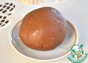 2) Замешиваем тесто и убираем его в морозильную камеру на 30 минут.