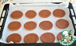 5) Достаем тесто из холода. раскатываем его скалкой в пласт толщиной 3-4 мм. Вырезаем круги.