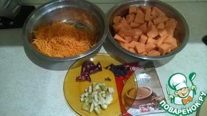 Тыкву, морковь почистить, вымыть. Тыкву нарезать кубиками, морковь натереть на средней терке или натереть с помощью кухонного комбайна. Грушу нарезать небольшими кубиками.