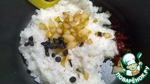 Переложить в кастрюлю достаточной емкости полуготовый рис. Добавить к нему, не сливая масла, кусочки обжаренной груши. Положить кусочки сушеного сладкого перца, кизил, 2 бутончика гвоздики.