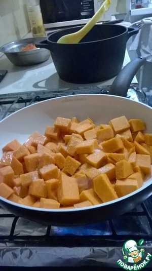 В масло, оставшееся от жарки груш, положить кусочки тыквы и тушить их до полуготовности. Добавить во время тушения в тыкву сахар. Когда тыква дойдет до нужной степени готовности - переложите ее в кастрюлю к рису. Масло не сливайте.
