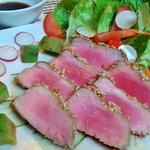Тунец в кунжуте с салатом