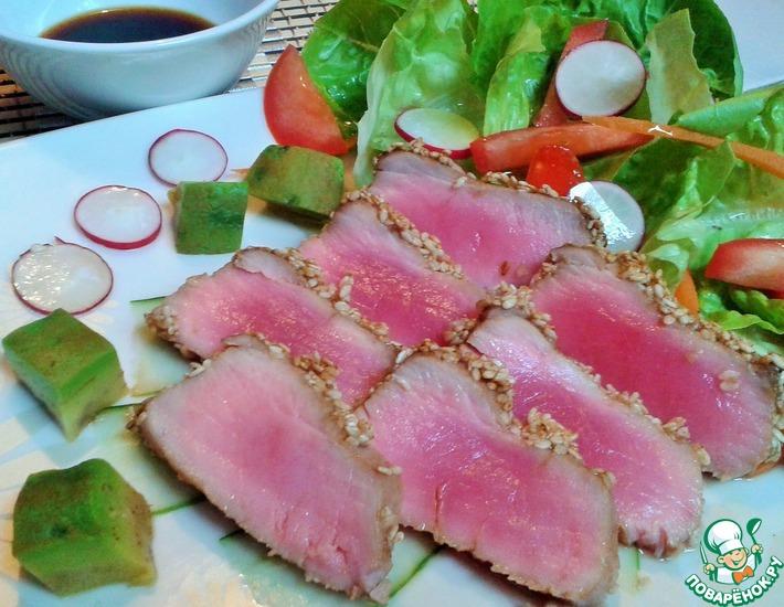 Рецепт: Тунец в кунжуте с салатом