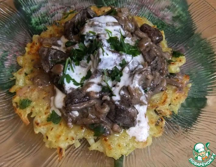 Рецепт: Печень с грибами на картофельной тарелке